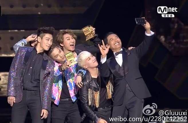 BIGBANG秒變小粉絲 與周潤發萌自拍