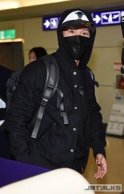 《RM》金鍾國搶先登台 全身包緊露招牌瞇瞇眼