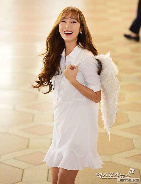 潔西卡長翅膀了? 今天的機場時尚是小天使