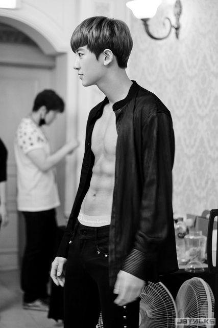 EXO燦烈 清新美少年練就終極腹肌 再也不需要打底了!